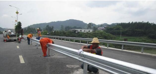 波形护栏板安装高度